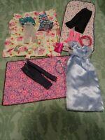 lot =16piéces , vétements barbies   bottes roses sac robe bleue dessus de lit