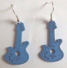 Boucles d'oreilles argentées guitare en bois bleue