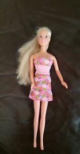 Wunderschöne Puppe mit langen Haaren
