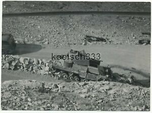 Foto abgeschossener englischer Panzer in der Wüste in Derna Afrika ! DAK Korps !