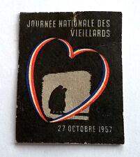 Insigne cartonné Journée nationale des vieillards, 27 octobre 1957, 38 x 30 mm.