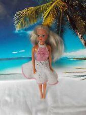 Barbie Puppe, mit weis-rosa Strickleid, lange blonde Haare