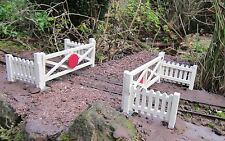 CROSSING GATES AND EIGHT FENCE PANELS GARDEN RAILWAY G SCALE