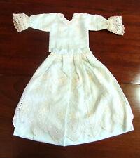 ensemble vintage 63 cm pour poupée ancienne en linon brodé et satin vert d'eau