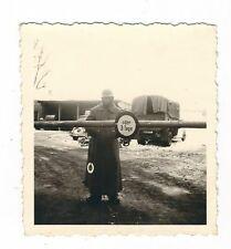 16/712 FOTO  - SOLDAT MIT STAHLHELM SCHILD AUTO LKW OLDTIMER RUSSLAND 1942