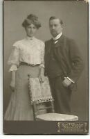 CAB ***Junges Paar **Standbild an Stuhl **Hannover 1907
