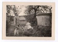 PHOTO ANCIENNE Jeu Doll Toy Bébé Enfant Vers 1940 Brouette Jouet Jardin