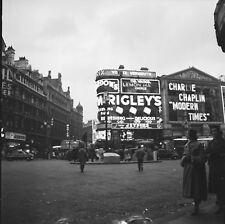 LONDRES c.1955 - Autos  Commerces  Piccadilly Angleterre - Négatif 6 x 6 - UK 46