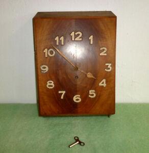 schlichte Uhr Wanduhr Art Deco Nussbaum Bauhaus mit Schlüssel
