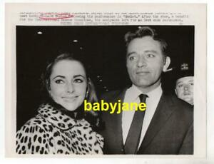 ELIZABETH TAYLOR RICHARD BURTON ORIG 7X9 PHOTO  1964 CANDID AFTER HAMLET PERFORM