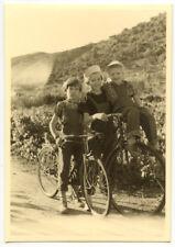 Enfants à vélo chemin route - photo ancienne amateur an. 1940 50