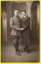 cpa CARTE PHOTO L. Courbet, PARIS Soldats et sa Femme 45 sur Col Médaille
