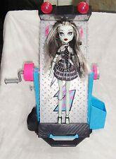 Lit miroir + poupée Monster High Frankie Stein + son animal chien Watzit Mattel