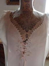 Linge ancien : Chemise de nuit en lin, sans manches, brodée