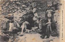 CPA ASIE TONKIN HANOI LES MANGEURS DE POUX EN FAMILLE