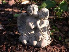 Engel küsst ein Mädchen klein frostfester Steinguss patiniert