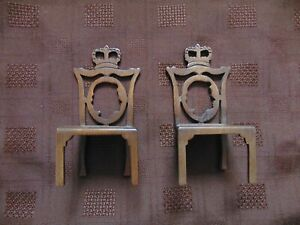 PAIR OF 1977 SILVER JUBILEE COMMEMORATIVE WOODEN DOLLS HOUSE CHAIRS - 10CM HIGH
