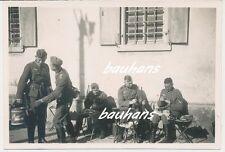 Foto Soldaten-Wehrmacht -Waffenreinigung 2.WK  (f308)