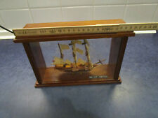 Segel Schiffsmodel in Vitrine