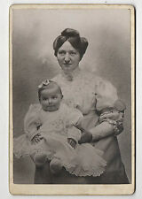 PHOTO - CABINET - Mère & Enfant Famille Bébé Robe Bijou Coiffure Main Vers 1900