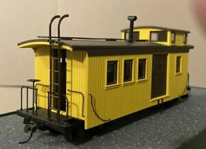 BACHMANN. NARROW GAUGE On30.  SIDE DOOR WOOD CABOOSE.  PAINTED - UNLETTERED