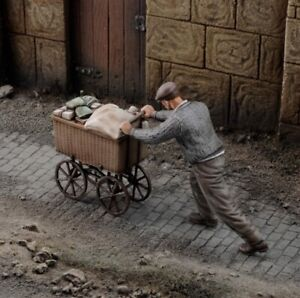 1/35 Resin Figure Model Kit Civilian Local WWII Unpainted Unassambled