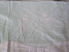 Ancien grand drap vert clair en coton,  brodé fait main