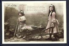 Carte Postale Ancienne 1er AVRIL 2 MIGNONNES MESSAGÈRES Brouette Poissons Pêche