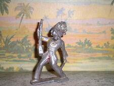 UN INDIEN GRAND MODELE FUSIL BRANDIT DEVANT LUI N° 2 / EN ALUMINIUM