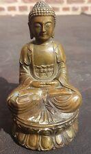 Chine : Bouddha en bronze assis sur sa fleur de lotus, signé fleur