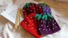Anleitung und Stricknadeln für Erdbeer Puppenmütze