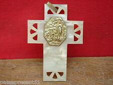 Jolie ancienne médaille sur croix, Lourdes