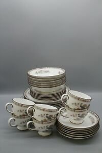 Lovely Wedgwood bone china 'Kutani Crane' dinner service for six