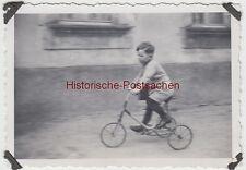 (F10268) Orig. Foto kleiner Junge mit Dreirad 1930er