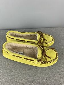 NWOB Size 7 womens Minnetonka slippers - fuzzy and warm! Bright Yellow/Green
