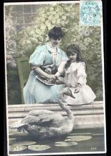 FEMME & ENFANT à la lecture de revue de MODE & CYGNE au BASSIN en 1906