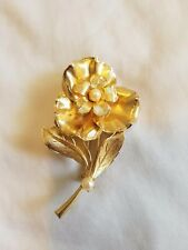 with two pearls. Excellent condition. Vintage lapel pin. Goldtone flower