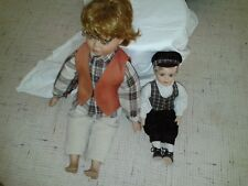 2 Porzellan-Puppen *Sitzend* ca. 40 cm und circa 30cm