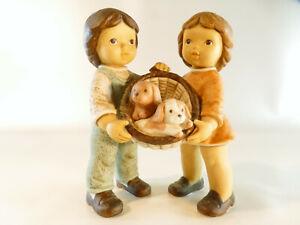 Goebel Figur Nina & Marco - Limpke - mit Hundekorb  ca. 13 cm