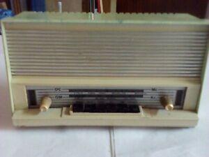 Vecchia radio a valvole funzionante