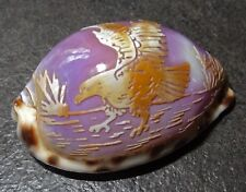 petit coquillage sculpté d'un aigle - nacre mauve
