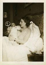PHOTO ANCIENNE - VINTAGE SNAPSHOT - ENFANT BÉBÉ MAMAN JOUET HOCHET - CHILD TOY