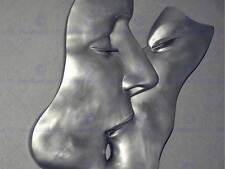 Photo sculpture installation métal homme femme kiss lips chrome poster BMP11098