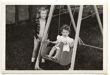 Enfants balançoire jeux jardin - photo ancienne snapshot an. 1949