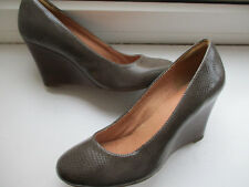 Ladies CLARKS grey textured wedged court shoe U.K. 4.5 (EUR 37.5 ) D fitting