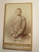 Duisburgo-chico involucra en el traje-Portrait/CDV