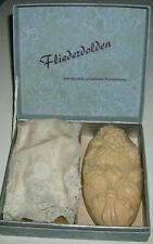 Seife Fliederdolde plus antikes Taschentuch (mit Monogramm) in Originalschachtel