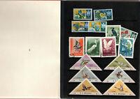 Petit album contenant timbres variés monde