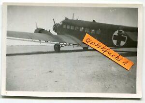 Foto:  Ju 52 Flugzeug mit Rot-Kreuz-Kennng auf Front-Flugplatz in Finnland 2.WK
