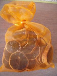 Weihnachtsdeko, Streudeko, getrocknete Orangescheiben im Organzasäckchen